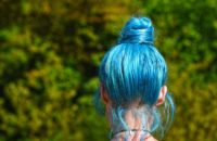 Des cheveux bleus.